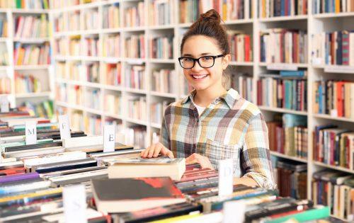 Uczennica w bibliotece szkolnej.